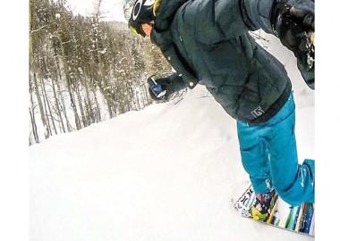 スノーボーダー、その足元に注目。