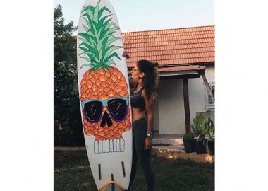 ロングボードにパイナップル。