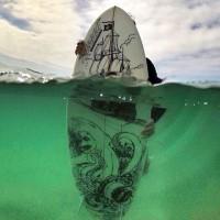 海面から撮影した、航海中の帆船。