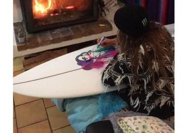 暖かい部屋で、ボードにペイント。