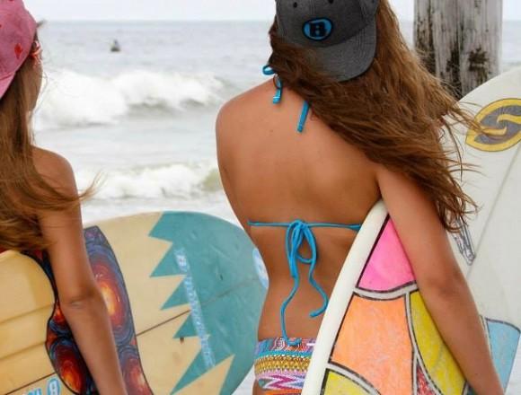 波の様子を眺める2人。