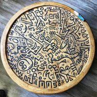 木製のテーブルにいたずら書き?