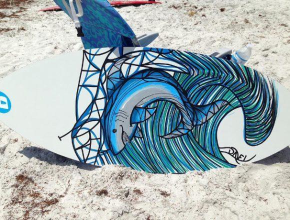波間に姿を現すサメ。