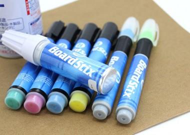 抜群の発色、ペイントペンならボードスティックス。