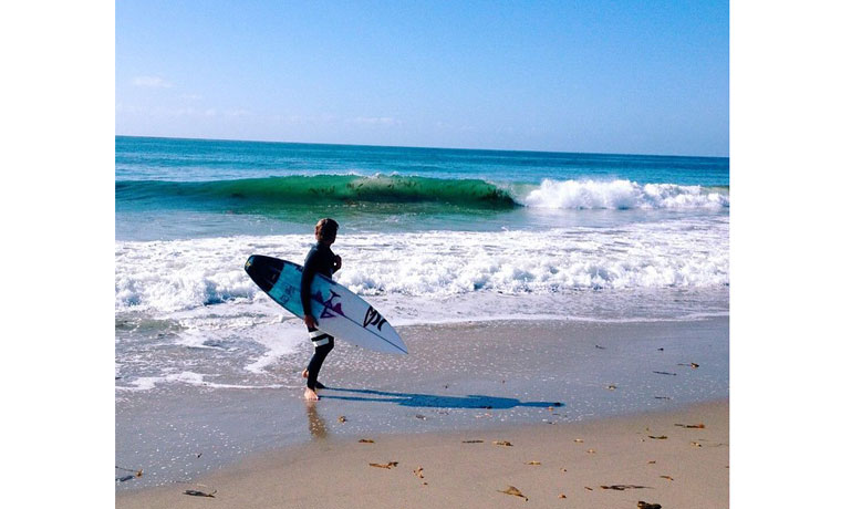 青い空、青い海、そして波。