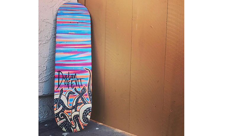 ペイントし終えたばかりのスケートボード。