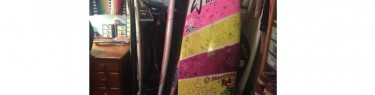 部屋を彩るサーフボード。