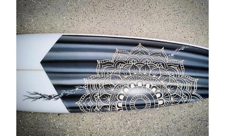 サーフボードに曼荼羅。