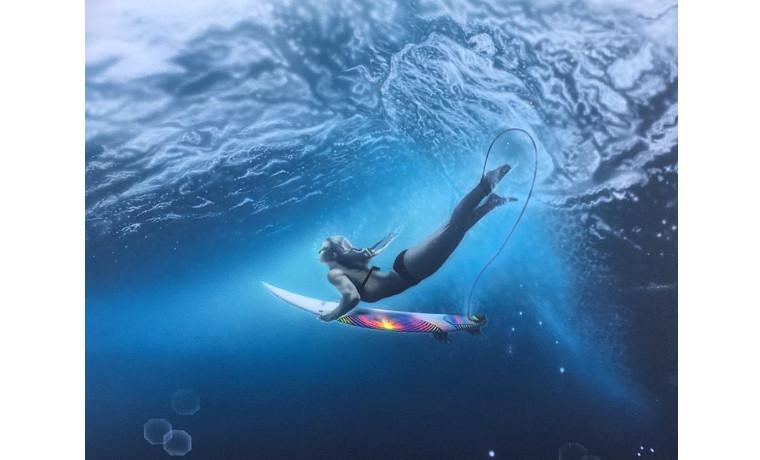 海中を泳ぐ女性。