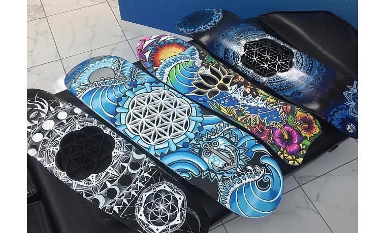 4つのスケートボード。