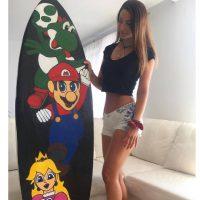 サーフボードにマリオとピーチ姫。